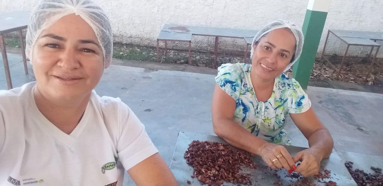 Mulheres separam sementes em Rondônia