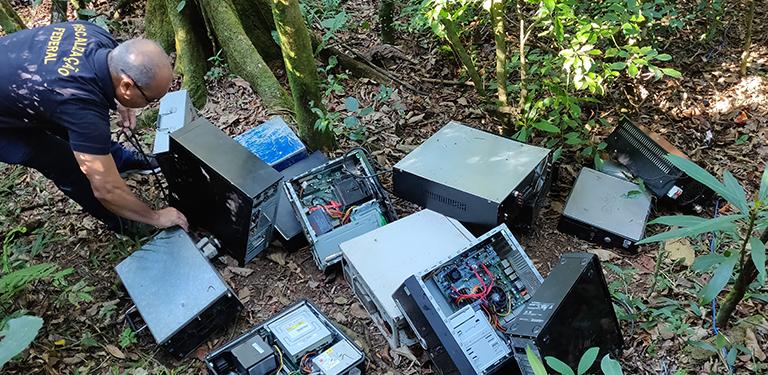 Fiscal da Anatel apreende equipamentos em ação contra rádios clandestinas na Grande São Paulo