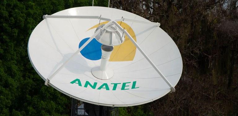 Antena parabólica com logo da Anatel