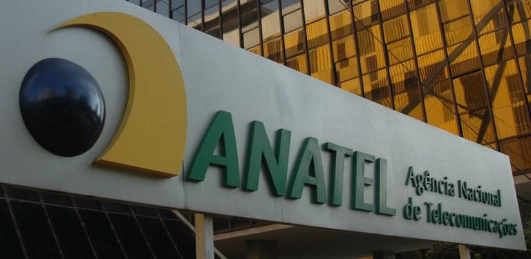"""Placa da entrada do complexo sede da Anatel em Brasília com logotipo da Agência e a inscrição """"Anatel Agência Nacional de Telecomunicações"""""""