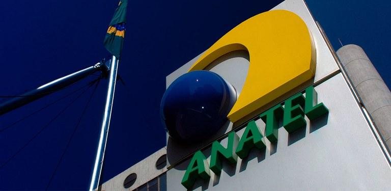 Logotipo da Agência em prédio do complexo sede da Anatel em Brasília