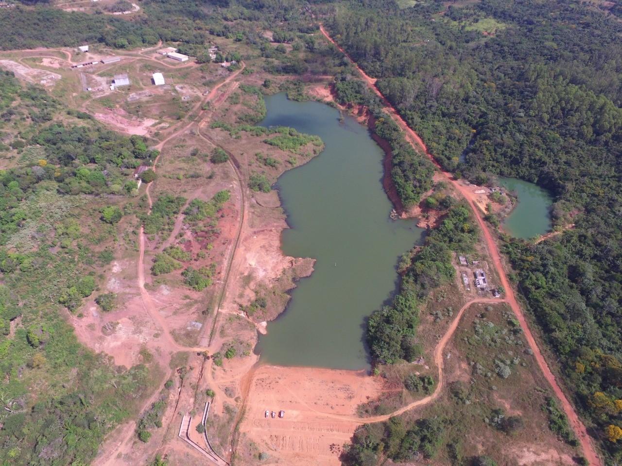 Vista geral da barragem e reservatório