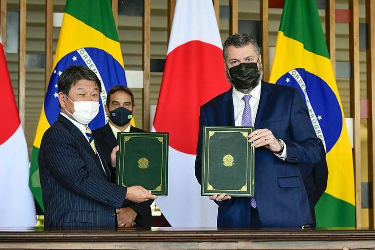 Brasil e Japão assinam acordo de cooperação para o uso de minérios