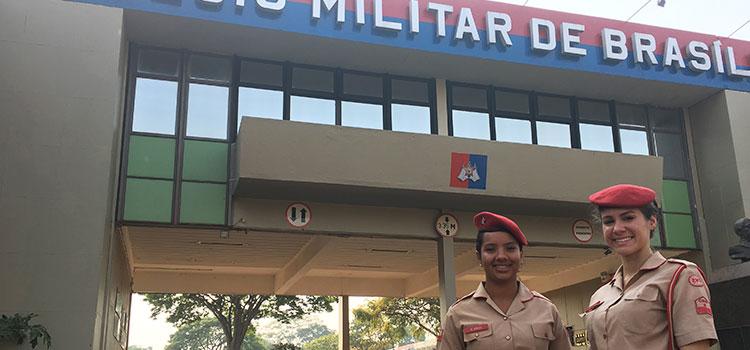 Mônica e Natália representam as jovens que sonham com a carreira militar