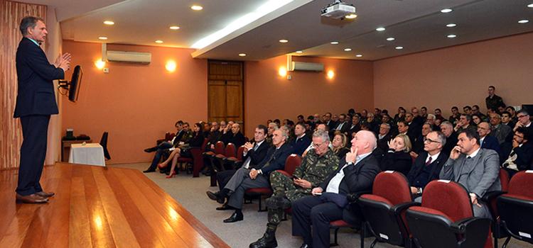 Ministro Silva e Luna fala sobre a missão do MD e o andamento dos projetos estratégicos de defesa a público gaúcho