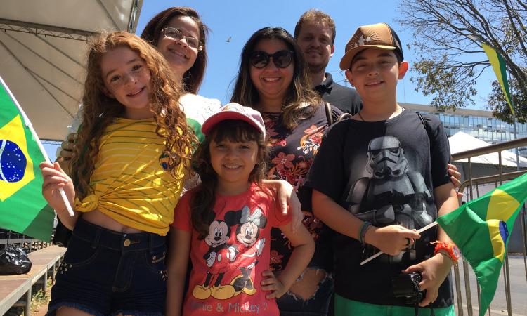 Lana Guedes (blusa branca) veio com toda a família conferir, pela primeira vez, o desfile de 7 de setembro