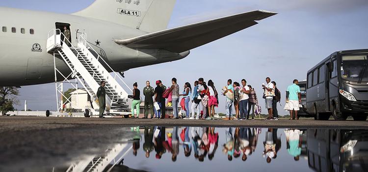 Refugiados e migrantes são transportados com apoio de aviões da Força Aérea Brasileira
