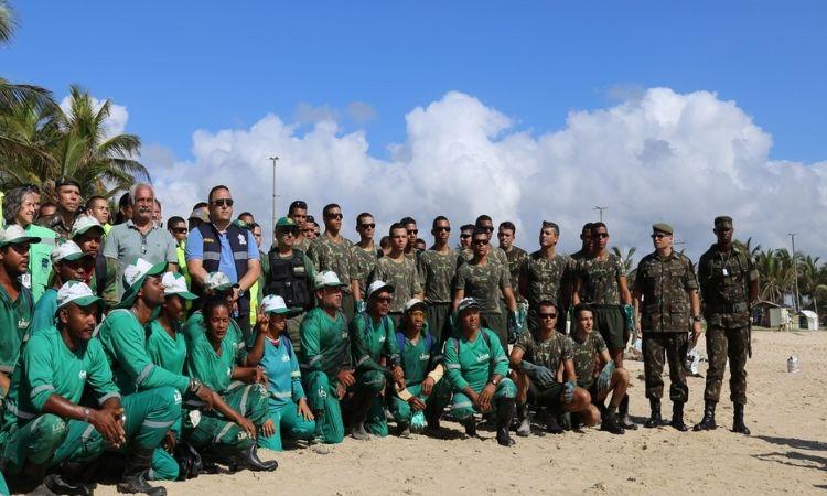 Militares do Exército realizam limpeza em praia pernambucana