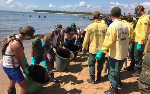 Militares e civis trabalham na limpeza das praias nordestinas
