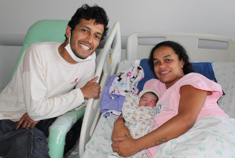 Lucas e Fabiana com a filha Dhaffiny, primeira criança a nascer no prédio da UMC