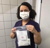 Jaciara Araújo Monteiro, coordenadora da enfermaria da clínica cirúrgica II, com o kit de hemorragia grave