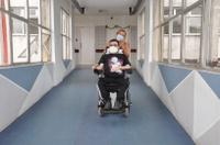 Leonardo com a mãe saindo de mais uma sessão de aplicação do spinraza no centro cirúrgico do HUWC