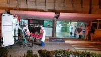 Paciente de Manaus com covid-19 é recebido no HULW, onde fará tratamento contra a doença (imagem: Oriel Farias)