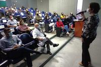Superintendente do Hucam, professora Rita Checon faz apresentação de boas-vindas aos novos empregados públicos da instituição