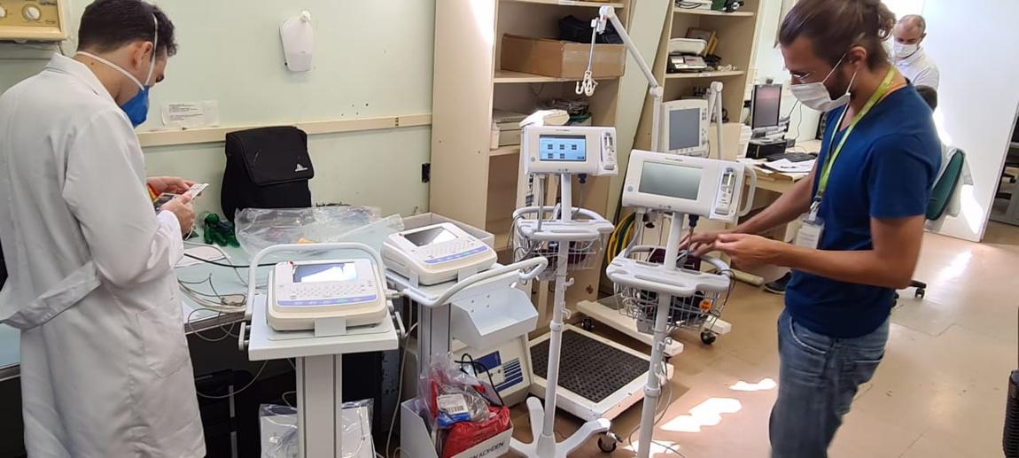 O Setor de Engenharia Clínica é responsável pelo planejamento de todos os equipamentos usados na área médico hospitalar do HU-UFSC. Na foto, profissionais calibram aparelhos recém adquiridos para as áreas de Cardiologia e Emergência, aquisições feitas dentro do Plano de Objetivos da Ebserh.