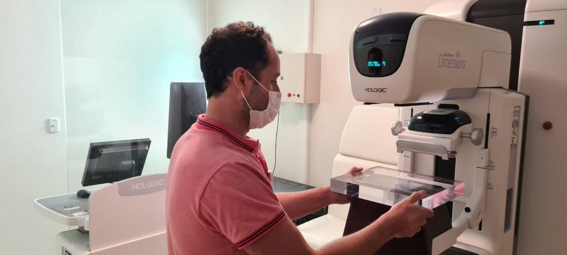 Físico do HU-UFSC/Ebserh faz a calibração semanal e o controle de qualidade diário do equipamento de mamografia digital da Unidade de Diagnóstico por Imagem.