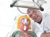 Marion da Silva junto do paciente, momentos antes de iniciar a Radioterapia