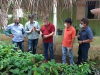 O secretário da SEAF/MT, Silvano Amaral [de vermelho], e a liderança, Tomé Suruí [de laranja], com os técnicos da secretaria (foto: Ascom/SEAF)