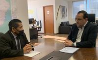 Sebastião Terena e o presidente da Funai, Marcelo Xavier, na sede da fundação em Brasília