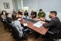 O diretor de Administração e Gestão substituto, Paulo Pinto [à direita], em reunião com servidores para alinhar os ritos de efetivação dos nomeados [foto: Mário Vilela/Funai]