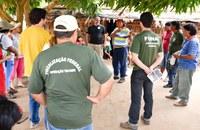 Servidores da Funai durante reunião com lideranças do povo Xavante na Terra Indígena Marãiwatsédé, Mato Grosso (foto: acervo Funai)