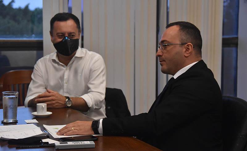 Ariosto Culau (E), ex-diretor-geral, conduz encontro de trabalho na qual apresentou os desafios de cada área da IN