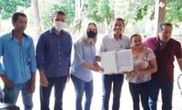 Famílias do assentamento Piracema recebem os documentos definitivos dos seus lotes. Foto: Incra/TO