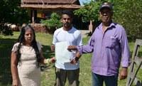 Famílias do assentamento Dom Tomás Balduíno recebem títulos dos lotes.