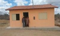 Casa construída em assentamento na Bahia com antigos valores do Crédito Instalação.
