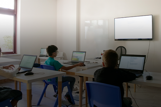 Dados do Censo Escolar 2020, divulgados pelo Inep em 29 de janeiro, mostram a situação das escolas da educação básica brasileira no que diz respeito à disponibilidade de equipamentos de tecnologia da informação e comunicação. Crédito: Freepik