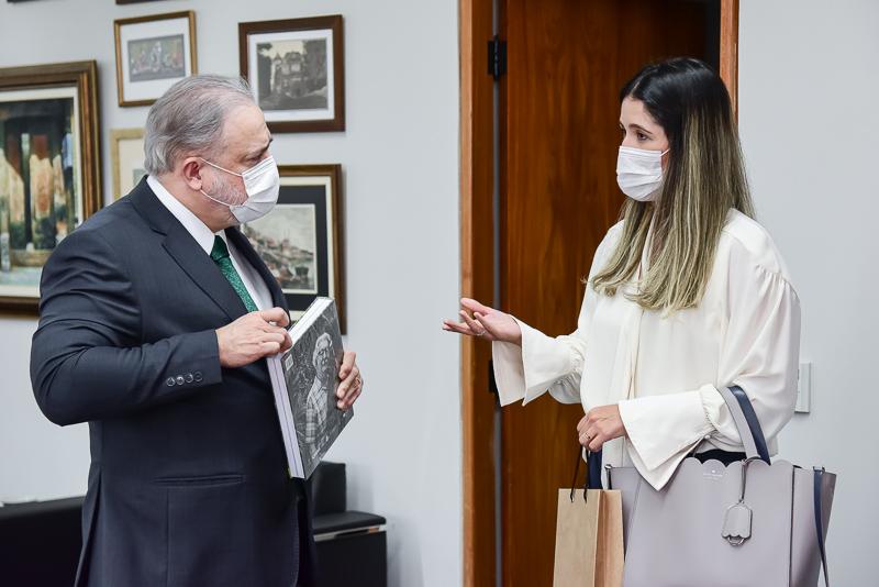 Presidente do Iphan, Larissa Peixoto ao lado do procurador-geral da República, Augusto Aras, na tarde desta segunda (19). Foto: Leonardo Prado