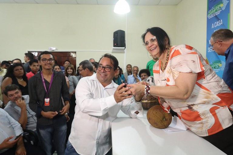 Ministra Damares foi a Aracaju (SE) entregar pessoalmente as chaves dos veículos a prefeitos e representantes. (Foto: Wellington Macedo)
