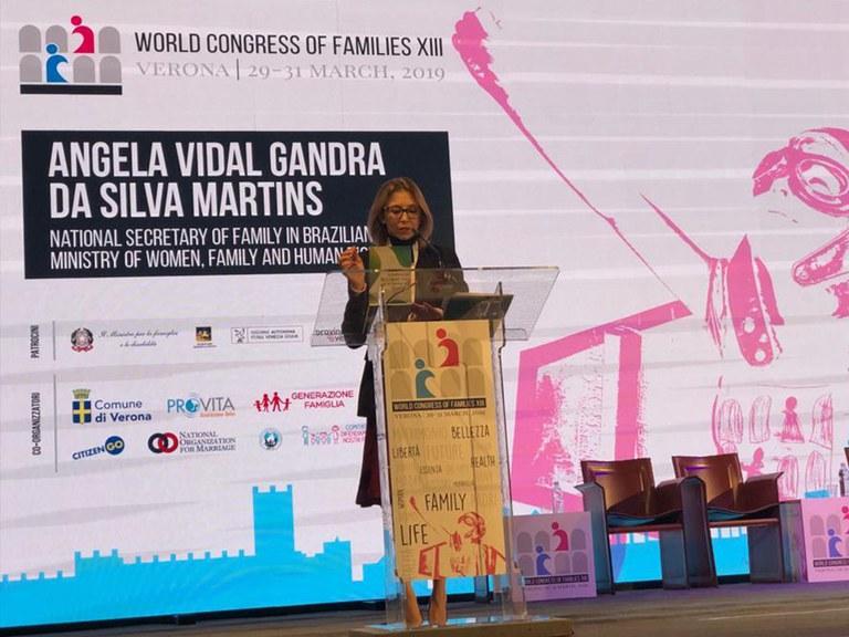 Na Itália, secretária discursa durante congresso voltado às famílias
