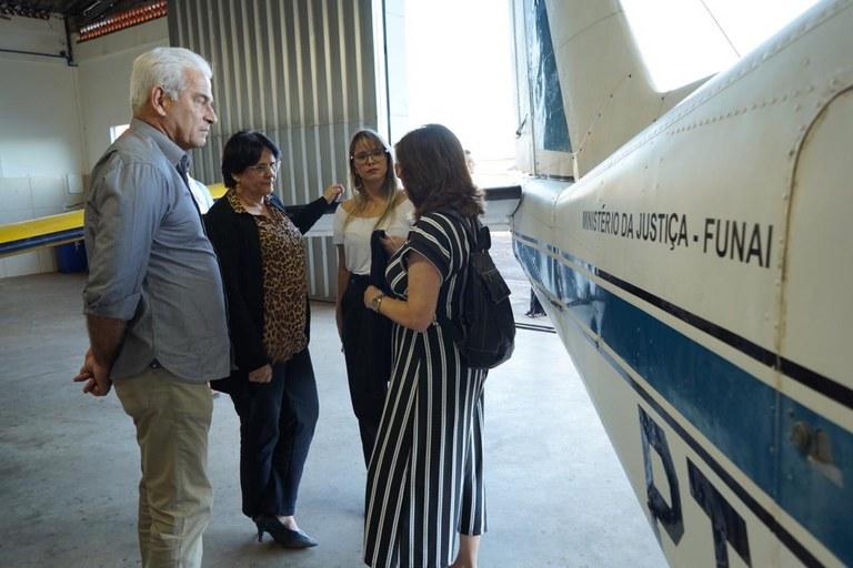 Ministra Damares Alves e  presidente da  Funai, general Fernando Melo, vistoriam aeronave em hangar de Goiânia. Foto: Wellington Macedo/MMFDH