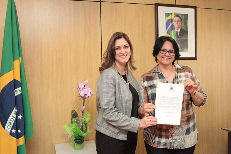 Ministra Damares Alves empossa nova secretária nacional de Políticas para Mulheres
