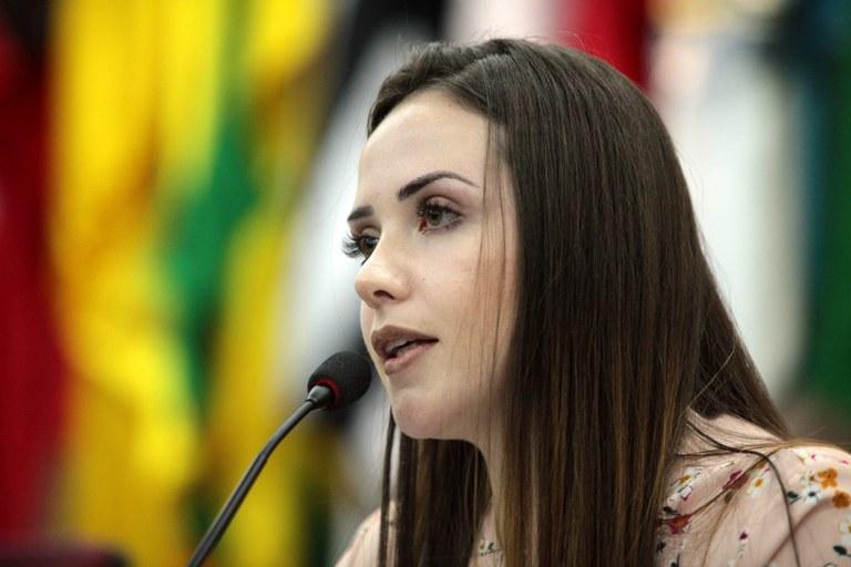A secretária Nacional da Juventude, Jayana Nicaretta da Silva, discursa sobre a importância do protagonismo da mulher jovem no Brasil, em Brasília. (Foto: Willian Meira - MMFDH).