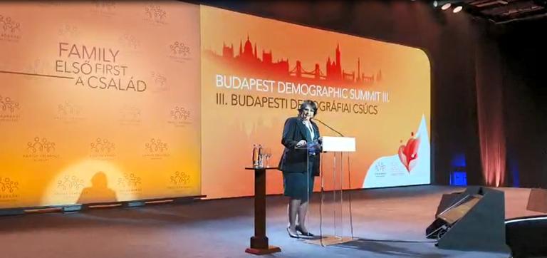 Na Hungria, ministra Damares ressalta que o Brasil é um país pró-família