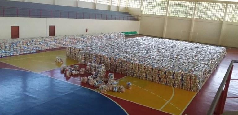 Indígenas recebem alimentos em São Gabriel da Cachoeira (AM)