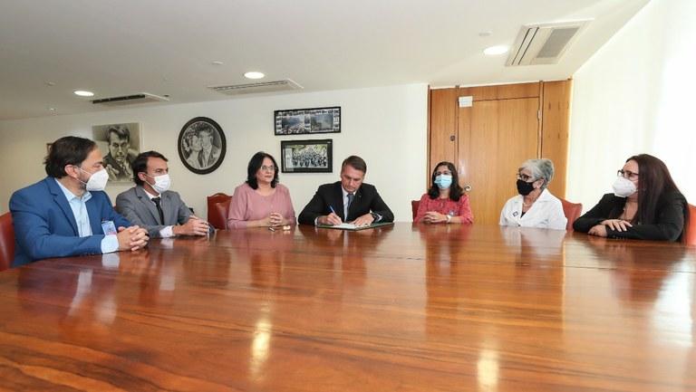 Presidente Bolsonaro assina propostas de projeto de lei em favor da família