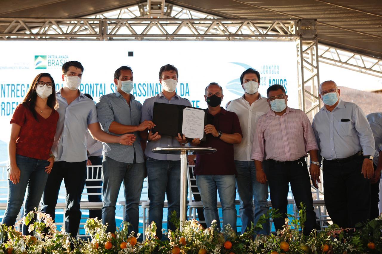 Ministro Rogério Marinho também assinou autorização para conclusão do Pontal Norte. Atividades em território pernambucano também incluíram visita a estande do polo local da Rota do Cordeiro