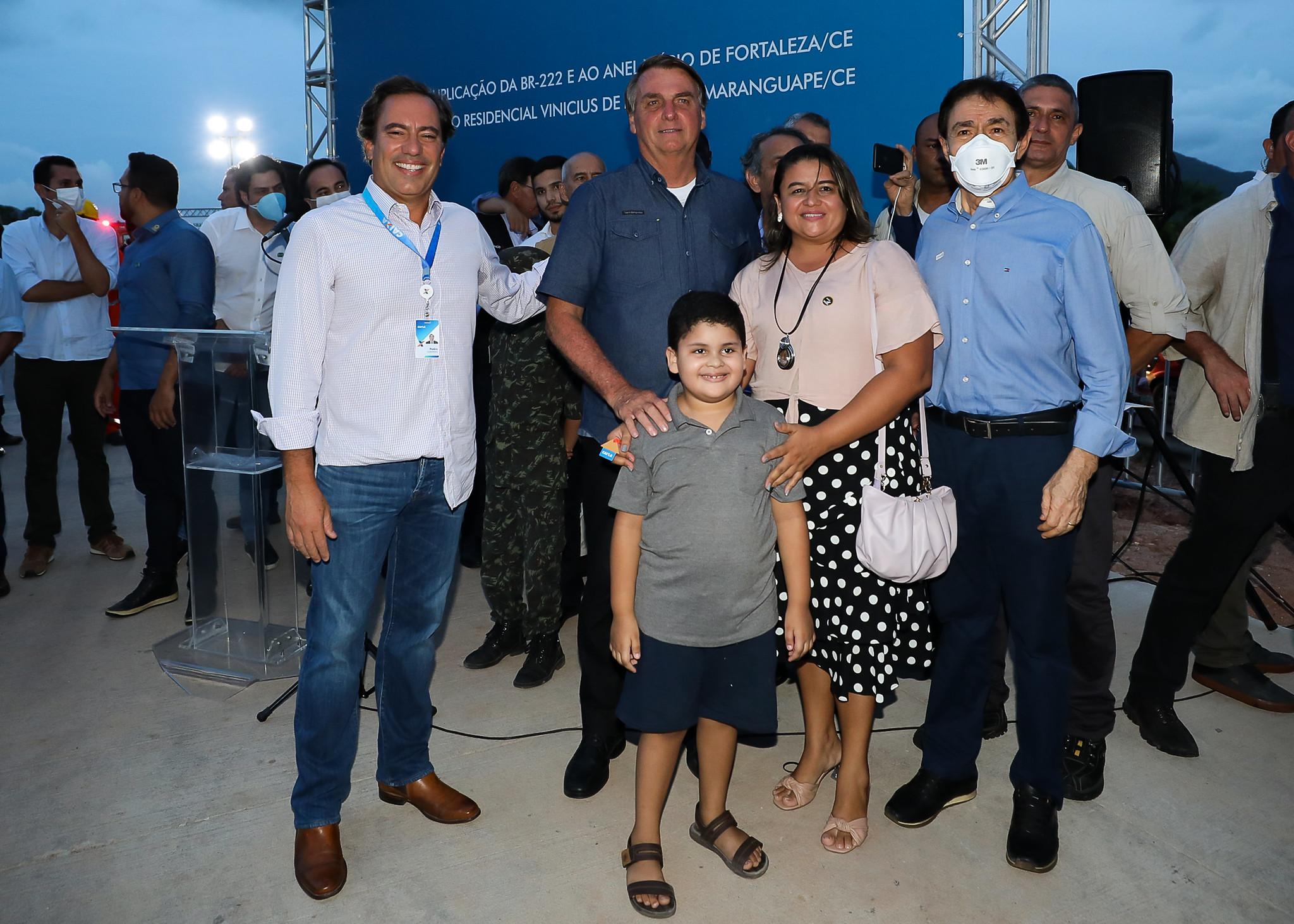 Presidente Jair Bolsonaro entregou nesta sexta-feira (26) chaves para os novos moradores do Residencial Vinícius de Moraes. Ao todo, 240 famílias terão acesso à casa própria