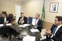 Da esquerda para a direita: secretário Sérgio Costa, deputado estadual Ezequiel Ferreira, ministro Rogério Marinho e Marcelo Moreira (Foto: Adalberto Marques/Ascom MDR)