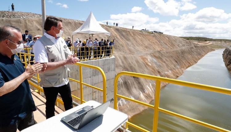 Presidente Jair Bolsonaro aciona comporta e águas do Projeto São Francisco chegam ao Ceará