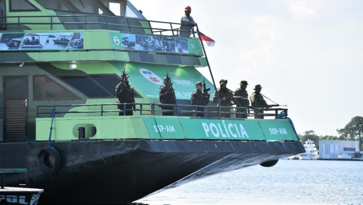Embarcação fica atracada no Rio Solimões e auxilia no combate ao tráfico e ao contrabando no Amazonas