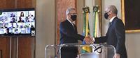 Ministro Bento Albuquerque cumprimenta o novo diretor-geral da ANP, Rodolfo Saboia