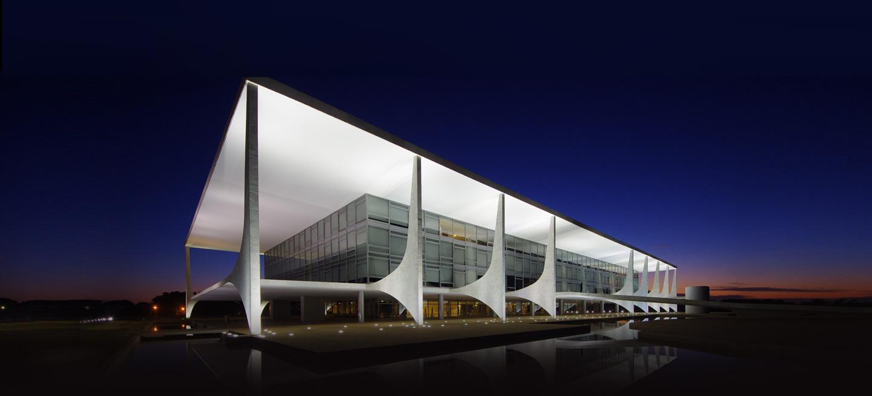 Fachada do Palácio do Planalto fotografada durante o crepúsculo.