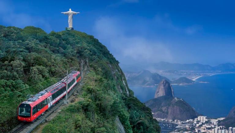 O Trem do Corcovado leva o turista aos pés do Cristo Redentor e garante uma vista espetacular da cidade do Rio de Janeiro. Crédito: Trem do Corcovado