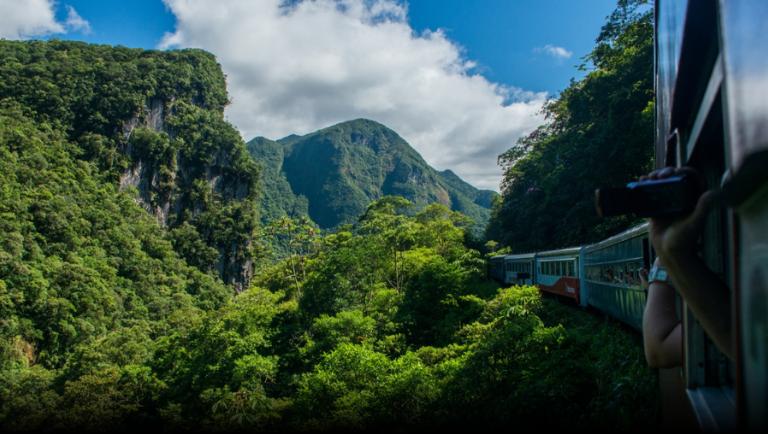 No Paraná, é possível conhecer a Serra do Mar de trem. Crédito: Serra Verde Express