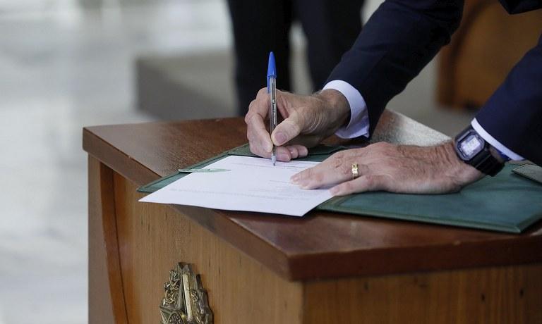 Assinatura Decreto Armas
